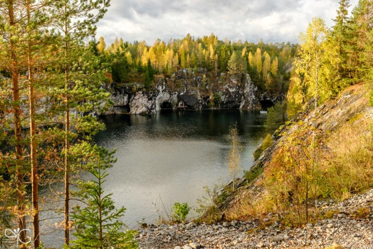 Лес над Большим мраморным карьером Рускеала, освещённый закатным солнцем