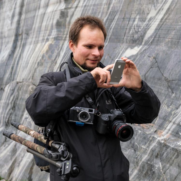 Григорий Пожванов фотографирует в Рускеале
